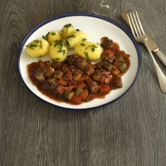 Zartes Rindergulasch - so wird es besonders saftig Veggie Recipes, Healthy Recipes, Healthy Food, Chana Masala, Tofu, Food And Drink, Veggies, Lunch, Beef