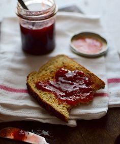 Mermelada de fresa casera sobre una tostada de pan integral