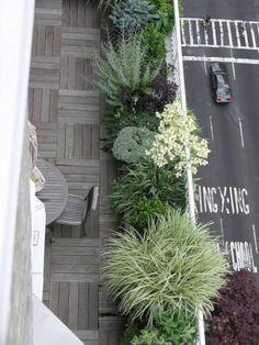 aménagement du balcon moderne: sol en bois et plantes