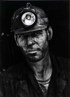 Coal Miner's are still dying from Black Lung. Coal dust scars lung tissue & then oxygen cannot cross into the bloodstream & waste cannot be exhaled! Working People, Working Man, Working Class, Black Lungs, Appalachian People, Hipster Drawings, Australian Painters, Coal Miners, Portraits