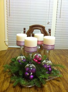 Advent wreath using ribbons and Christmas bulbs. Christmas Advent Wreath, Christmas Table Decorations, Noel Christmas, Christmas Candles, All Things Christmas, Winter Christmas, Advent Wreaths, Christmas 2019, Deco Table Noel