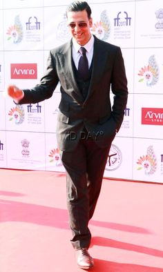 Akshay Kumar looked dapper in a black suit at the IFFI 2017 closing ceremony in Goa