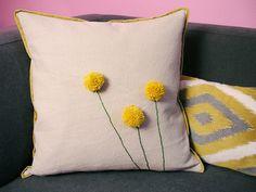 毛糸のポンポンで、クッションにお花を咲かせました♪