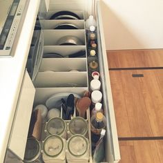 引き出タイプのシンク下収納でも、無印のファイルボックスが大活躍。収納に悩みがちな鍋やフライパンも、これならすっきり♪引っかからず取り出しやすく、見た目もかわいいと評判です。 ちなみに、手前の粉類の収納に使っているのは、料理好きの主婦たちの間で人気の「フレッシュロック」。プラスチック製でお手入れも楽チン。密閉性に優れていて機能性もバツグンなので、試す価値アリです。