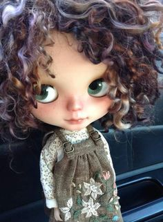 Ooak blythe doll Pretty Dolls, Cute Dolls, Beautiful Dolls, Ooak Dolls, Blythe Dolls, Curly Hair Drawing, Lotus Art, Barbie, Gothic Dolls