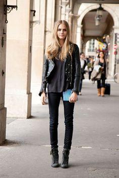 Jeans negros, campera de cuero y botas militares.