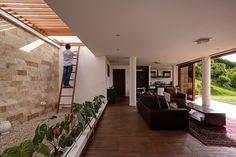Casa Mirador – ARQA La estructura primaria está compuesta por un muro perimetral de contención. Una cámara de aire permite el confort térmico en su interior y la protege de la humedad. La estructura fue calculada para resistir 20 cm de vegetación sobre cubierta.