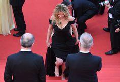 PHOTOS. Pour sa première montée des marches au Festival de Cannes, Julia Roberts était pieds nus