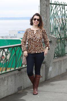 Look com mix de estampas entre a bata de onça e a bolsa de cobra! Jeans skinny e bota montaria marrom completam a produção