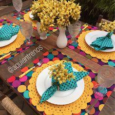 Verão @aquientrenos é assim! Mesas super coloridas. ❤️ Mesa Maria Helena com todas as peças a pronta entrega. Contato:entrenos.aqui@gmail.com WhatsApp (24)988291514.