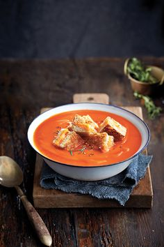 Tomato soup with grilled cheese croutons - Chatelaine Tomato Soup Recipes, Best Dishes, Smoothie Recipes, Vegetarian Recipes, Food Photography, Food Porn, Food And Drink, Lunch, Restaurants