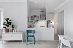 Snygg övergång mellan vardagsrum och kök