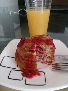 Pancackes de mora (blackberry pancakes)   Ingredientes :  Pancake:  Banano, huevo, harina de avena, canela, meremelada de mora.  Mermelada de mora: Agua, moras, zumo de limón y miel.
