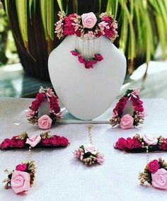 Fulfill a Wedding Tradition with Estate Bridal Jewelry Indian Jewelry Sets, Indian Wedding Jewelry, Bridal Jewelry, Indian Bridal, Flower Jewellery For Mehndi, Flower Jewelry, Gold Jewellery, Glass Jewelry, Silver Jewelry