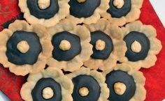 <p> Kdekdo ví, že Maďaři jsou šikovní cukráři; tady je jeden z jejich vyhlášených receptů. Základ tvoří linecké těsto s jediným rozdílem: Místo másla obsahuje sádlo. Leckoho to možná překvapí, protože nejen těsto, ale i upečené košíčky po něm pak lehce a příjemně voní. Pro našince je poměrně netradiční i čokoládová náplň uvnitř, ale uvidíte sami, že je to cukroví až překvapivě chutné.</p>