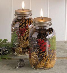 Met een lege glazen pot en winterse decoraties uit eigen tuin kun je zelf prachtige olielampen maken.