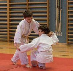 Aikido Kindertraining mit Aikido Kyuprüfungen in der Auhofschule, Linz - 8. April 2016: Tenchinage