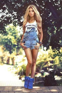 Jardineira de jeans com sneaker, bem sexy! http://vilamulher.terra.com.br/jardineira-jeans-como-usar-9-5007479-5926-pfi-josiemantilla.html