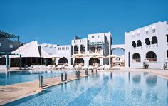 Hotel Fanadir, 4 sterren,  ligt in het moderne El Gouna en ademt een gezellige vakantiesfeer uit o.a. door zijn warme kleuren geïnspireerd door de Arabische architectuur. Het is hier heerlijk rustig, echt een plek om even een weekje in alle rust bij te komen.    Het hotel beschikt over een zwembad en zonneterras waar u vanaf uw ligbedje heerlijk van de zon kunt genieten.     Voor een hapje en een drankje zijn er naast het à la carte restaurant ook nog 2 bars.