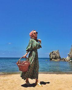 OOTD hijab untuk ke pantai – N&D – Hijab Fashion 2020 Hijab Casual, Ootd Hijab, Hijab Dress, Hijab Fashion Summer, Modern Hijab Fashion, Street Hijab Fashion, Beach Fashion, Muslim Fashion, Outfit Essentials
