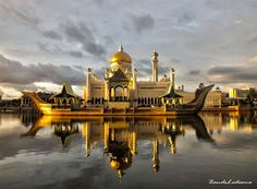 Fascinating Places in Brunei – Kampong Ayer, Royal Regalia Museum, Istana Nurul Iman and Sultan Omar Ali Saifuddin Mosque - Stress can only find a place in oblivion on the lands of Brunei Darussalam, the Abode of Peace. Mughal Architecture, Architecture Images, Brunei, Abu Dhabi, Istanbul, Where The Sun Rises, Bandar Seri Begawan, Beautiful Mosques, Travel And Tourism