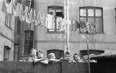 Fra de københavnske baggårde, hvor mange børn tilbragte sommerferien, mens vasketøjet hang til tørre, 1960. Herlige billeder: Sol og sommer i gamle dage i København - Byliv | www.aok.dk