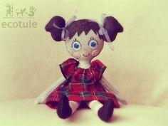 Ręcznie szyta lalka, wykonana częściowo z materiałów z recyclingu. Ecotule.