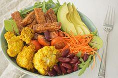 Tussen de middag eet ik geregeld een salade. Dat klinkt heel saai maar dat is het zeker niet. Ik pimp mijn salades namelijk vaak met restjes van mijn avondeten. Zo ontstond deze Indonesisch-achtige salade met geroosterde bloemkool en tempeh. Door de kruiden heb je een smaakvolle salade waar je u tegen zegt en die goed...Lees meer »