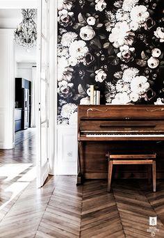 """Les papiers-peints """"dark floral"""" par Ellie Cashman    Appartement Paris XVI par Royal Roulotte"""