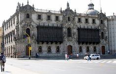 El Palacio Arzobispal es la sede de Arzobispo de Lima. La fachada es de estilo Barroco con dos balcones de madera de cedro talladas que nos recuerdan el estilo barroco andaluz, igual a los de la Cancillería.Indice del Blog: El Mundo de Pepe Hermano