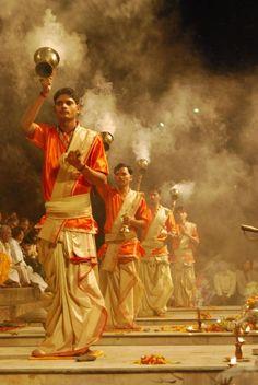 Voyage en Inde. L'aarti à Varanasi est un rituel hindou qui a lieu le long des rives du Gange, plusieurs fois par jour. #heritageindiantours