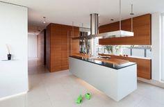 Design cucina moderna di medie dimensioni con un'isola centrale bianca
