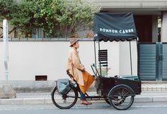 Proyecto: Pompon Cakes Ubicación: Japón Lanzamiento: 2011 Todos los días, Leo Tatemachi aborda su triciclo con todo listo para salir a aventurarse por las calles de Kamakura, una ciudad ubicada a unos 50 kilómetros de Tokio. Como siempre, su objetivo es deleitar a sus clientes con una selección de pasteles caseros preparados por él mismo. Quienes conocen a Leo, lo describen como un tipo amable, siempre sonriente y, sobre todo, un excelente conversador. Para nadaes raro ver su pastelería…