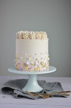 White Cake with Vanilla Buttercream - Baking with Blondie - Kaker - Cake-Kuchen-Gateau Creative Cake Decorating, Creative Cakes, Beautiful Cakes, Amazing Cakes, Cupcake Cakes, Cupcakes, Gateaux Cake, White Cake Mixes, Cake Board