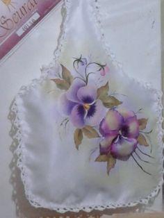 Bolsa: kit de baño. Flor armada en tela de raso, pintura textil Flor pensamiento pintura textil