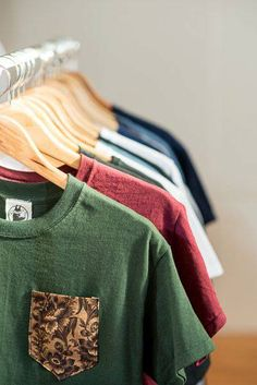 Make a stylish pocket to add to a plain colored shirt Hipster Fashion, Mens Fashion, Fashion Outfits, Hipster Style, Streetwear, Clothing Photography, Tee Shirt Designs, Look Cool, Pull