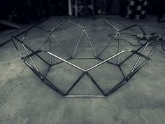 Welding art example, which looks so beautiful and modern! It can decorate every room! Iron Furniture, Steel Furniture, Custom Furniture, Steel Fabrication, Metal Table Legs, Steel Art, Welding Art, Modern Table, Furniture Projects