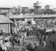 ESPAÑA MERCADO DE LEGAZPI: MADRID, 06/08/1965.- Numerosos clientes se acercaron hasta el mercado central de frutas y verduras de Legazpi donde, hoy, se ha iniciado la venta directa al público a través de la Unión Nacional de las Cooperativas del campo. EFE/Luis Millán/aa