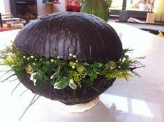 Workshop Pasen; piepschuim ei (met cacao en kaarsvet) vullen met oasis en volsteken met buxus, viooltjes en kleine bloemetjes.