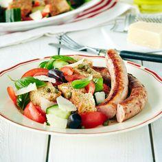 Toscanalainen leipäsalaatti eli panzanella. Kuivuneet leipäkuutiot marinoidaan ja joukkoon lisätään kasviksia, oliiveja ja kapriksia.