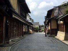 早朝の京都 東山 石塀小路