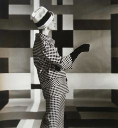 Model in black and white checkered suit by Traina-Norell, Louise Dahl-Wolfe Archive 1958 Lauren Bacall, Richard Avedon, Henna Designs, 1950s Fashion, Vintage Fashion, Vintage Style, Vintage Glam, Vintage Hats, Vintage Vogue