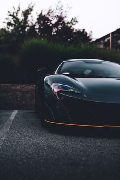 The McLaren was unveiled at the 2014 Geneva Motor Show by McLaren Automotive as a replacement for the McLaren and is currently in production. The car is available as a 2 door coupe and as a open top roadster. Fast Sports Cars, Super Sport Cars, Super Cars, Mclaren Sports Car, Mclaren Cars, Mclaren 650, Latest Cars, Car In The World, Expensive Cars