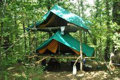 Pionier een toren met twee platforms er in die net iets groter zijn als je tenten zelf zijn. Om te voor komen dat het gaat schragen zet je aan weerszijde diagonaal naar buiten toe een lange pionierpaal (als een scheerlijn).De hoogte is nu niet zo belangrijk voor de onderste tent, wel handig om het op een meter te doen zodat je er ook spullen er onder droog weg kan zetten.Voor de gevorderde scouts kan je wel kiezen om de toren hoger te maken en zo onder de onderste tent een keuken te bouwen.