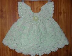 """Adorable robe pour fillette , en vert pastel , à l'encolure ronde , trouvée sur le site de """" Liveinternet.ru """" , avec ses grilles gratuites ."""
