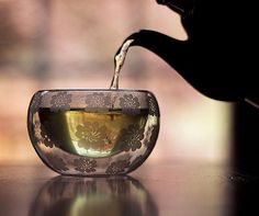 Green tea - Full of wonderful antioxidants which is perfect for the skin and bonus - the caffeine will help plump everything up! Cleansers or moisturizers with green tea are excellent. Pu Erh, Chocolate Cafe, Photo Café, Zoom Photo, Tea Culture, Cuppa Tea, Oolong Tea, Iced Tea, My Cup Of Tea