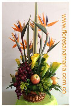 Muy elegante. Christmas Hamper, Fruit Decorations, Oranges And Lemons, Floral Artwork, Edible Arrangements, Beautiful Flower Arrangements, Fruits Basket, Florists, Ikebana