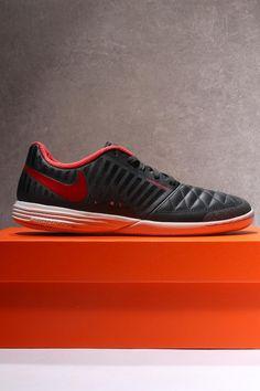 Vuelven las icónicas zapatillas de futsal Nike LunarGato II en color gris  antracita. Las Nike eb355fc0959