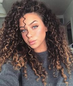 90 easy hairstyles for naturally curly hair - Hairstyles Trends Curly Hair With Bangs, Colored Curly Hair, Long Curly Hair, Curly Hair Styles, Natural Hair Styles, Really Curly Hair, Highlights Curly Hair, Curly Balayage Hair, Dark Blonde Highlights