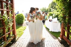 Matching bouquets - love that!